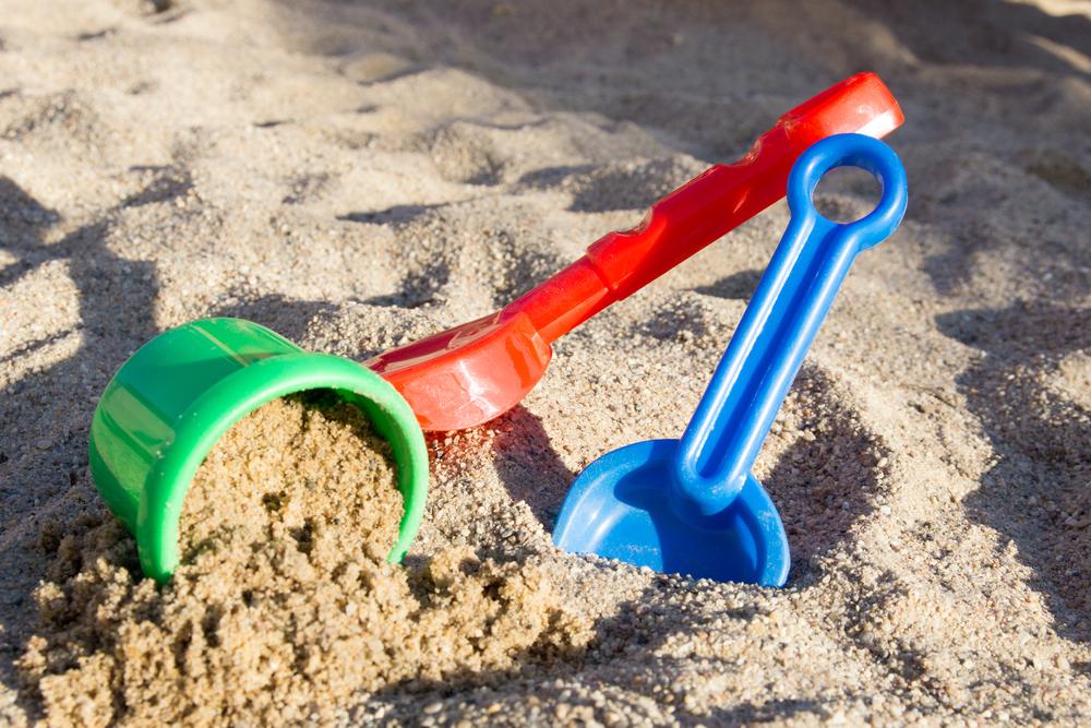 sand i sandkasse og legetøj