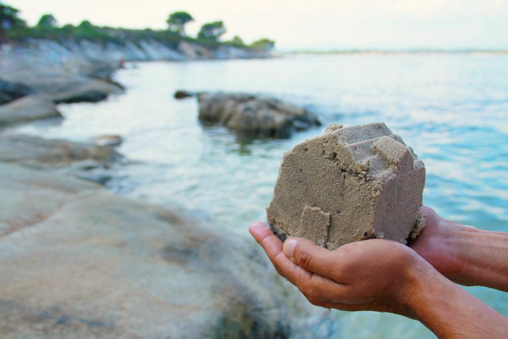 hænder med sand